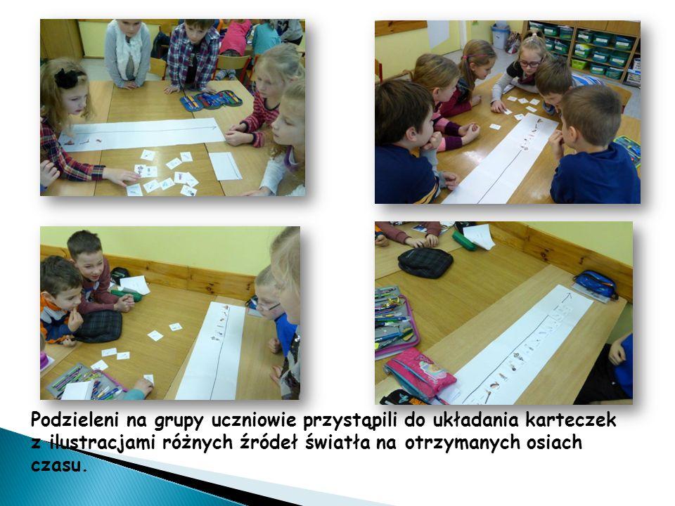 Podzieleni na grupy uczniowie przystąpili do układania karteczek z ilustracjami różnych źródeł światła na otrzymanych osiach czasu.