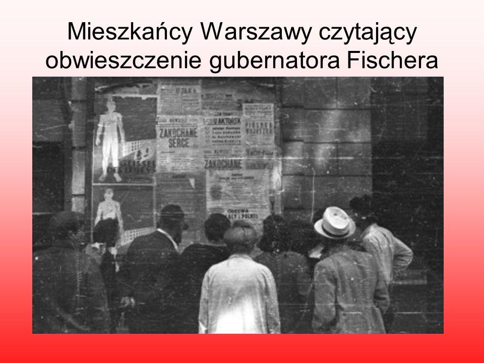 Mieszkańcy Warszawy czytający obwieszczenie gubernatora Fischera