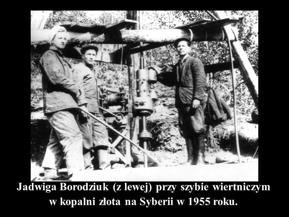 Jadwiga Borodziuk (z lewej) przy szybie wiertniczym w kopalni złota na Syberii w 1955 roku.
