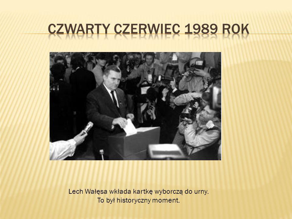 Lech Wałęsa wkłada kartkę wyborczą do urny. To był historyczny moment.