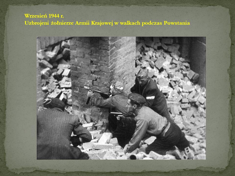 Wrzesień 1944 r. Uzbrojeni żołnierze Armii Krajowej w walkach podczas Powstania
