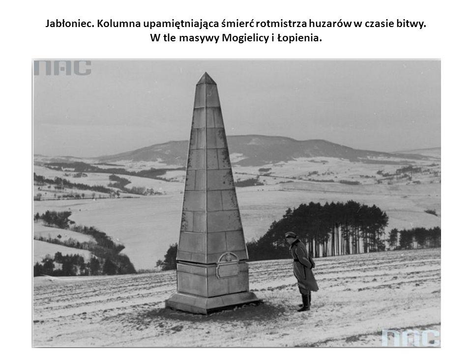 Jabłoniec. Kolumna upamiętniająca śmierć rotmistrza huzarów w czasie bitwy. W tle masywy Mogielicy i Łopienia.