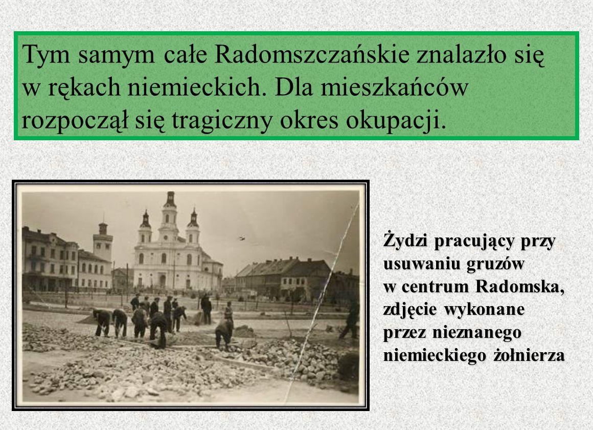 Żydzi pracujący przy usuwaniu gruzów w centrum Radomska, zdjęcie wykonane przez nieznanego niemieckiego żołnierza Tym samym całe Radomszczańskie znala