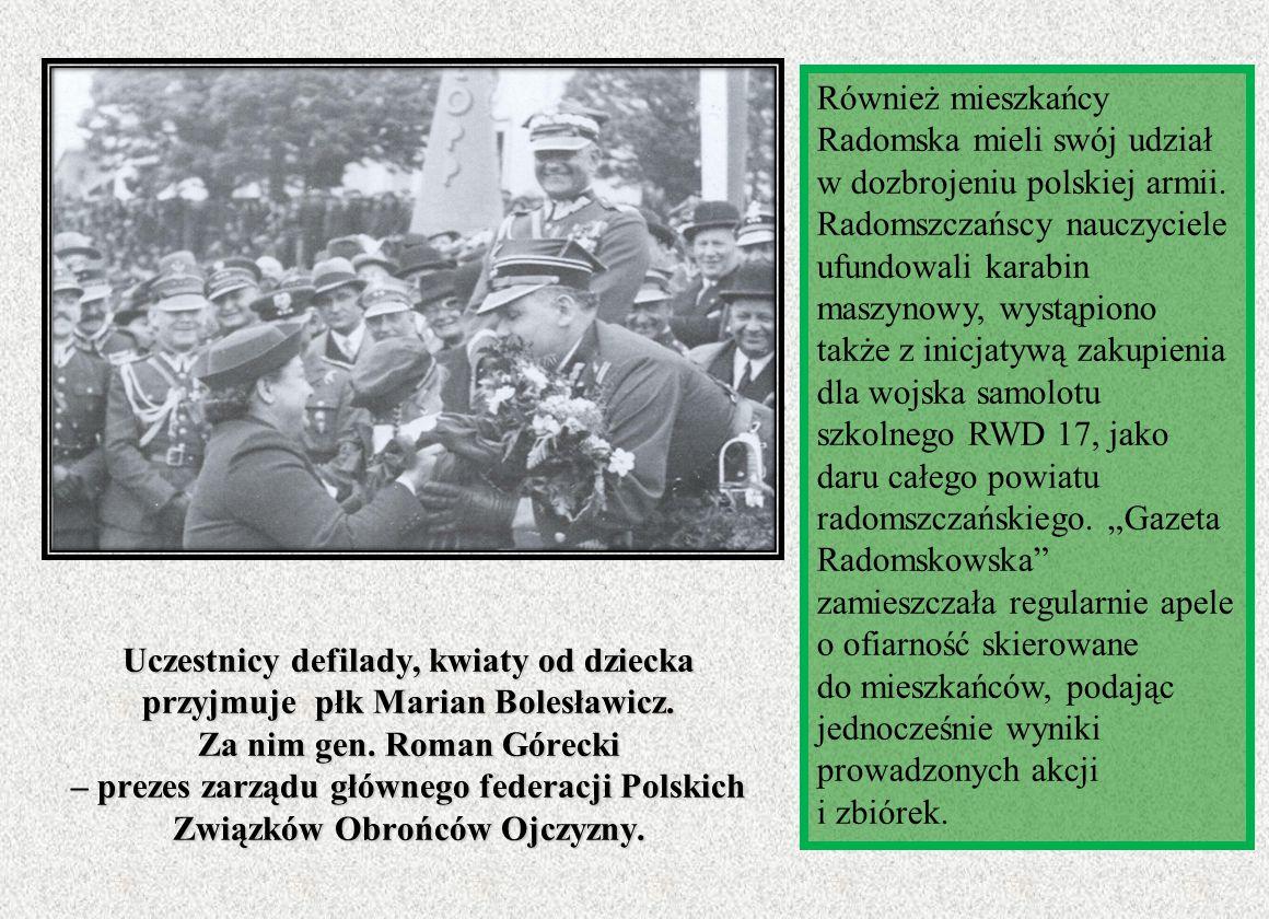 Uczestnicy defilady, kwiaty od dziecka przyjmuje płk Marian Bolesławicz. Za nim gen. Roman Górecki – prezes zarządu głównego federacji Polskich Związk