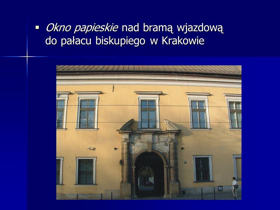  Okno papieskie nad bramą wjazdową do pałacu biskupiego w Krakowie