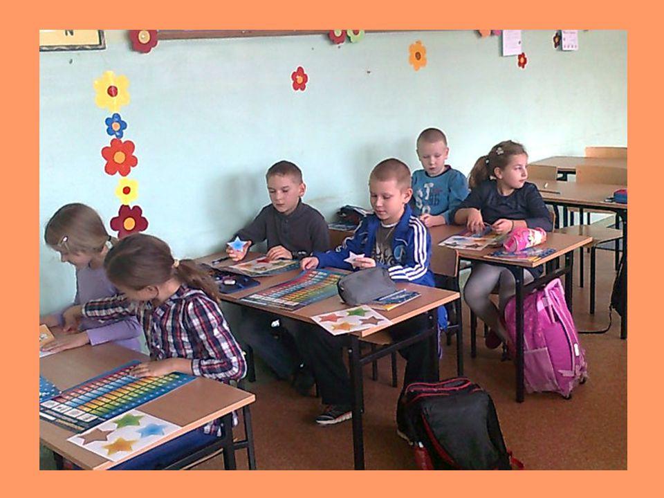 W klasie trzeciej dzieci dowiedziały się, że oszczędności finansowe łączą się z oszczędzaniem prądu, gazu, wody i dbaniem o swoje zdrowie.