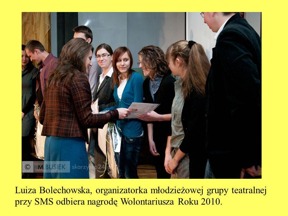 Luiza Bolechowska, organizatorka młodzieżowej grupy teatralnej przy SMS odbiera nagrodę Wolontariusza Roku 2010.