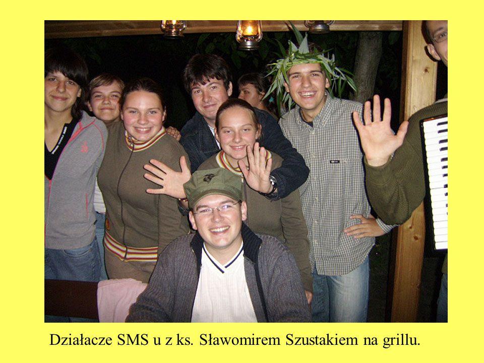 Działacze SMS u z ks. Sławomirem Szustakiem na grillu.