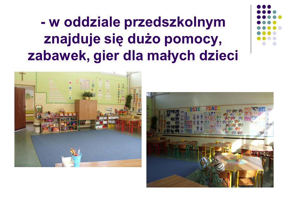 - w oddziale przedszkolnym znajduje się dużo pomocy, zabawek, gier dla małych dzieci