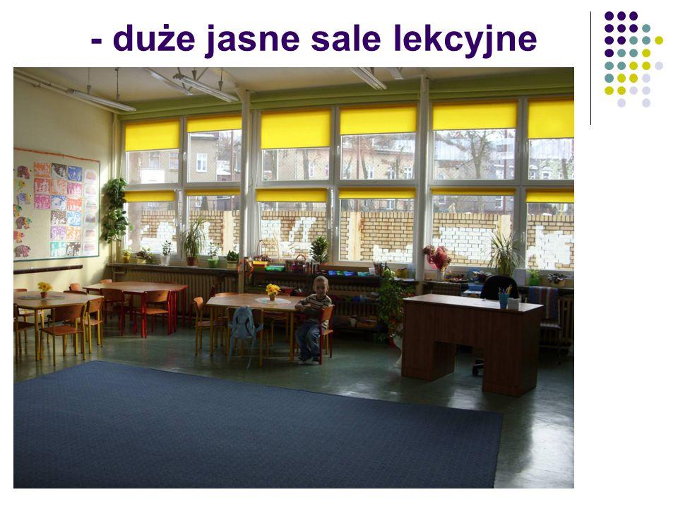 - duże jasne sale lekcyjne
