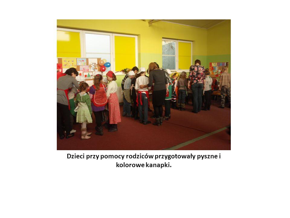 Dzieci przy pomocy rodziców przygotowały pyszne i kolorowe kanapki.