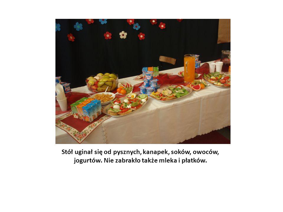 Stół uginał się od pysznych, kanapek, soków, owoców, jogurtów. Nie zabrakło także mleka i płatków.