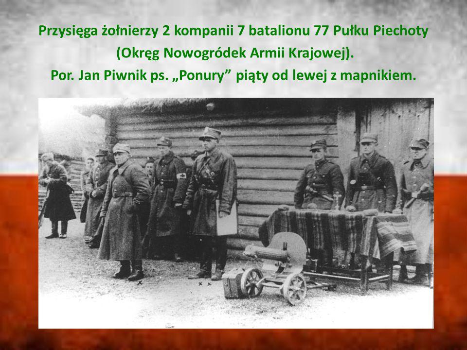 """Przysięga żołnierzy 2 kompanii 7 batalionu 77 Pułku Piechoty (Okręg Nowogródek Armii Krajowej). Por. Jan Piwnik ps. """"Ponury"""" piąty od lewej z mapnikie"""