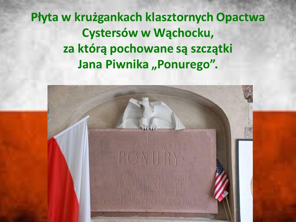"""Płyta w krużgankach klasztornych Opactwa Cystersów w Wąchocku, za którą pochowane są szczątki Jana Piwnika """"Ponurego""""."""