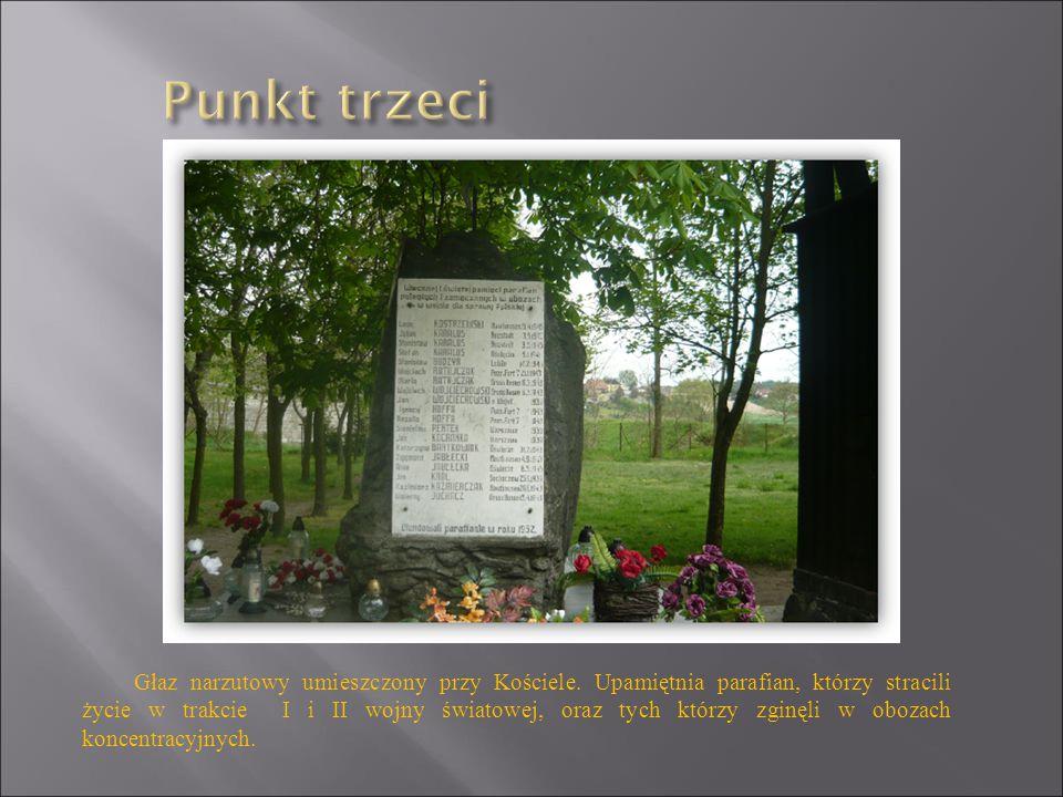 Głaz narzutowy umieszczony przy Kościele. Upamiętnia parafian, którzy stracili życie w trakcie I i II wojny światowej, oraz tych którzy zginęli w oboz