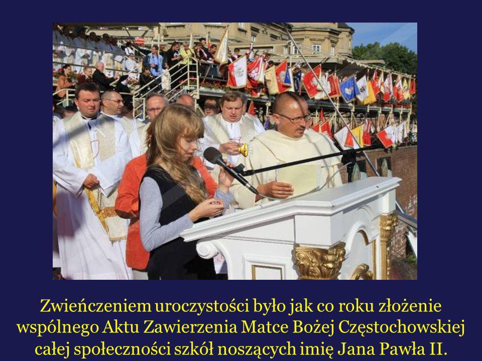 Zwieńczeniem uroczystości było jak co roku złożenie wspólnego Aktu Zawierzenia Matce Bożej Częstochowskiej całej społeczności szkół noszących imię Jan