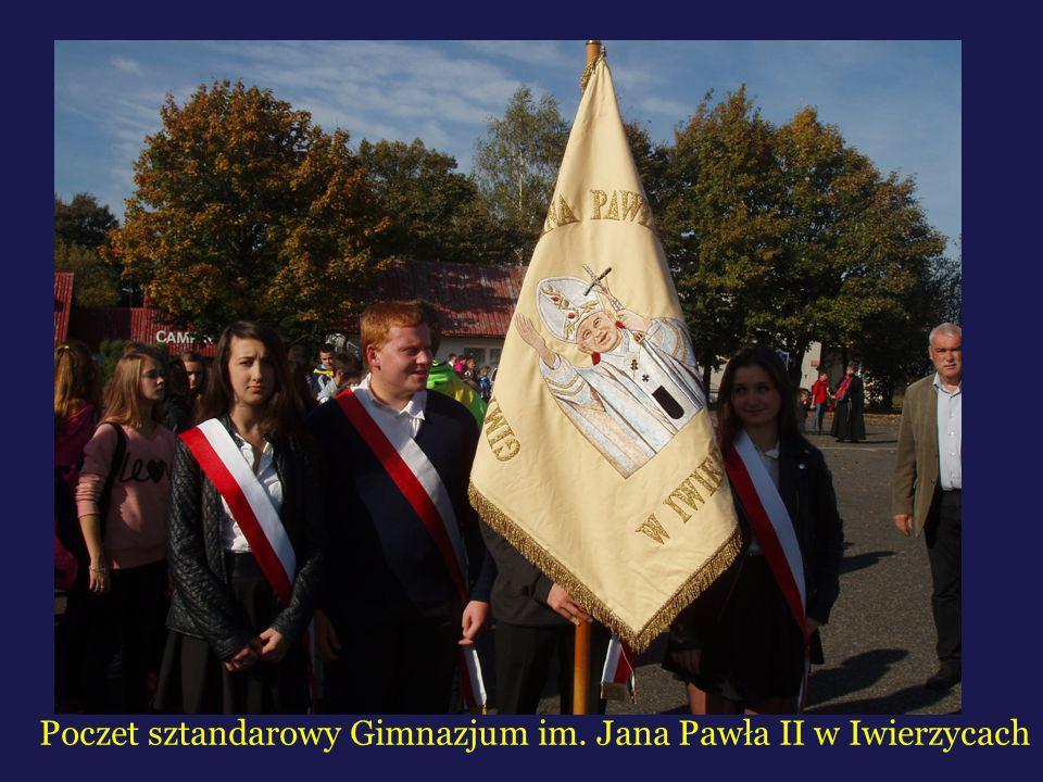 Poczet sztandarowy Gimnazjum im. Jana Pawła II w Iwierzycach