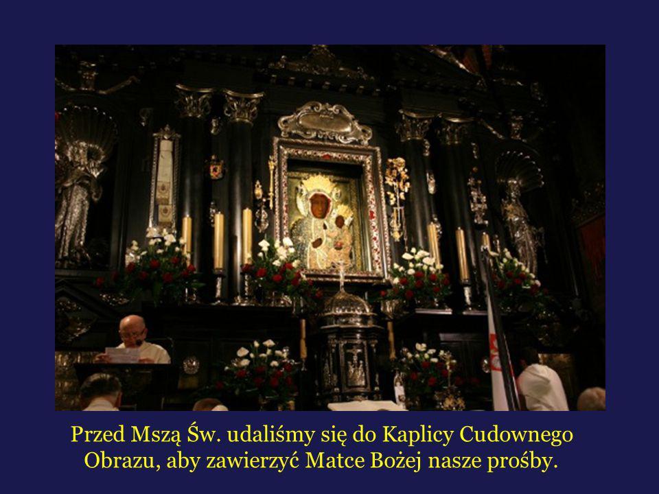 Przed Mszą Św. udaliśmy się do Kaplicy Cudownego Obrazu, aby zawierzyć Matce Bożej nasze prośby.