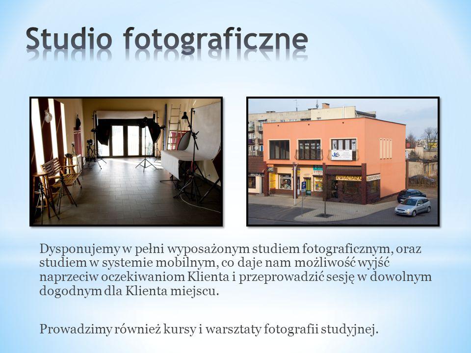 Dysponujemy w pełni wyposażonym studiem fotograficznym, oraz studiem w systemie mobilnym, co daje nam możliwość wyjść naprzeciw oczekiwaniom Klienta i przeprowadzić sesję w dowolnym dogodnym dla Klienta miejscu.