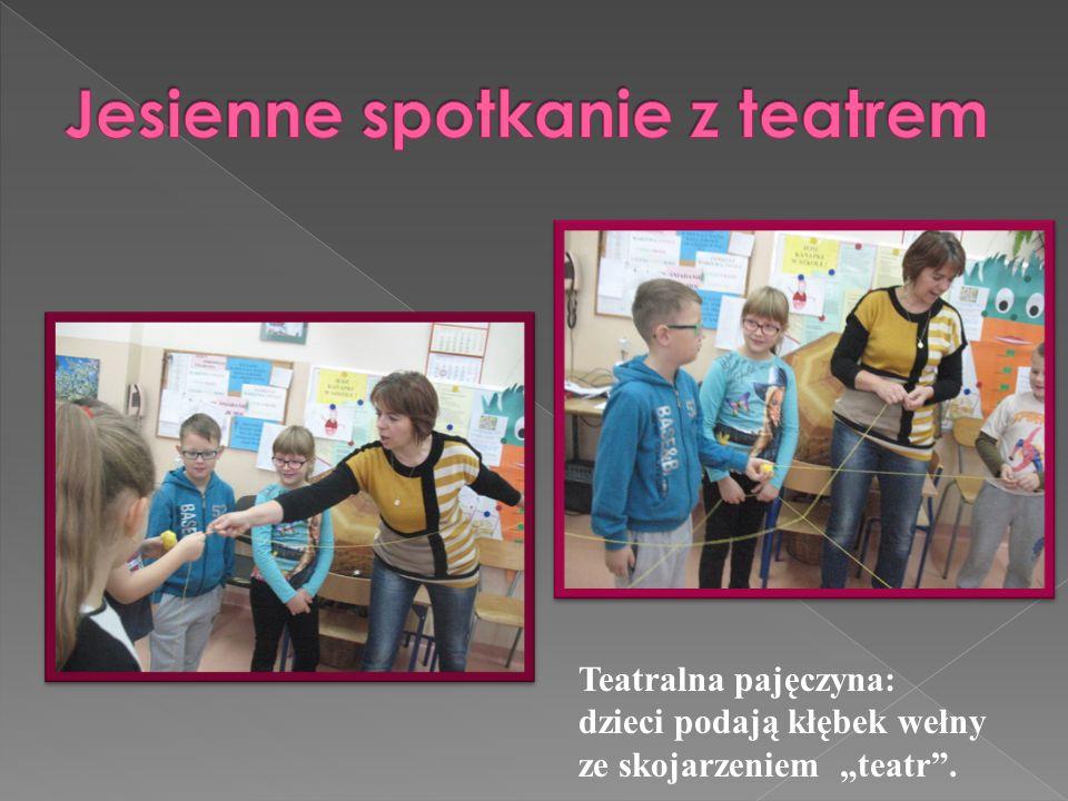 """Teatralna pajęczyna: dzieci podają kłębek wełny ze skojarzeniem """"teatr""""."""