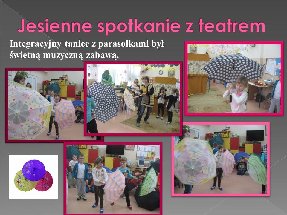 Integracyjny taniec z parasolkami był świetną muzyczną zabawą.
