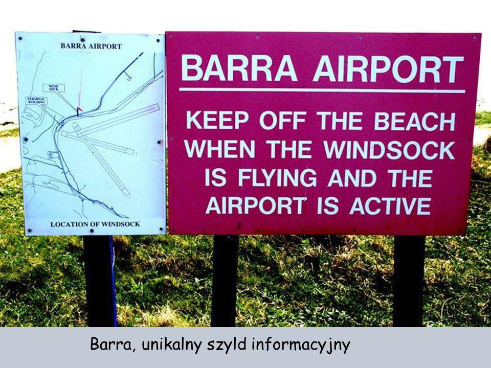 Długość pasa startowego uzależniona jest od przypływów i odpływów morza (800 do 850 m ). Lata tu jedynie Flybe z Glasgow i Benbecula. Barra