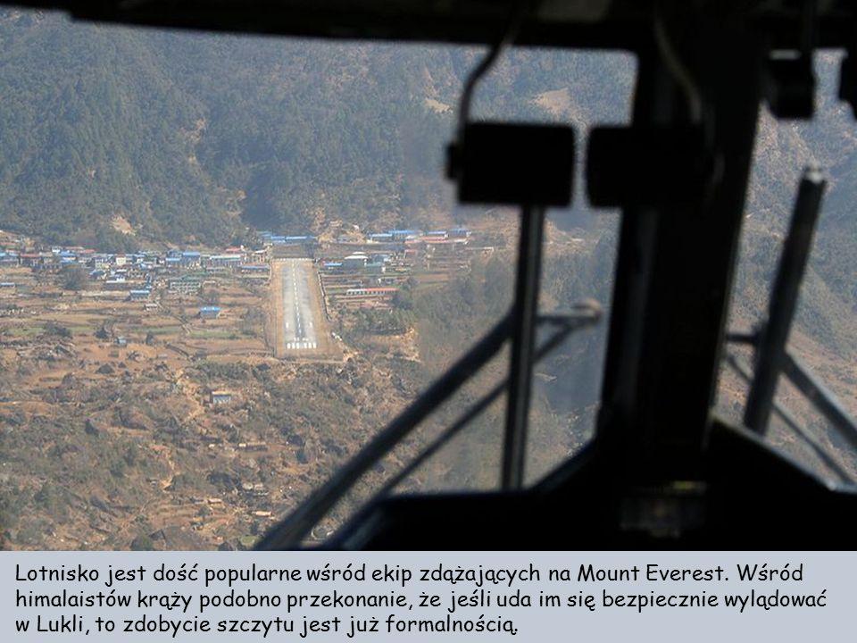 Lotnisko Tenzing-Hillary w Lukli w Nepalu Lądowanie w Lukli to nie lada wyzwanie. Lotnisko leży we wschodnim Nepalu. na wysokości 2860 metrów. Pas sta