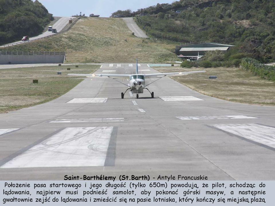 Lotnisko Gustawa III na wyspie Saint-Barthélemy (St.Barth) - Antyle Francuskie Lotnisko jest wciśnięte (niemal dosłownie) pomiędzy morze i strome wzgó