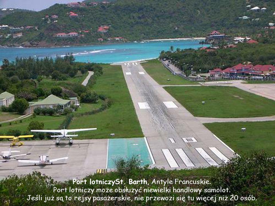 Saint-Barthélemy (St.Barth) - Antyle Francuskie Położenie pasa startowego i jego długość (tylko 650m) powodują, że pilot, schodząc do lądowania, najpi