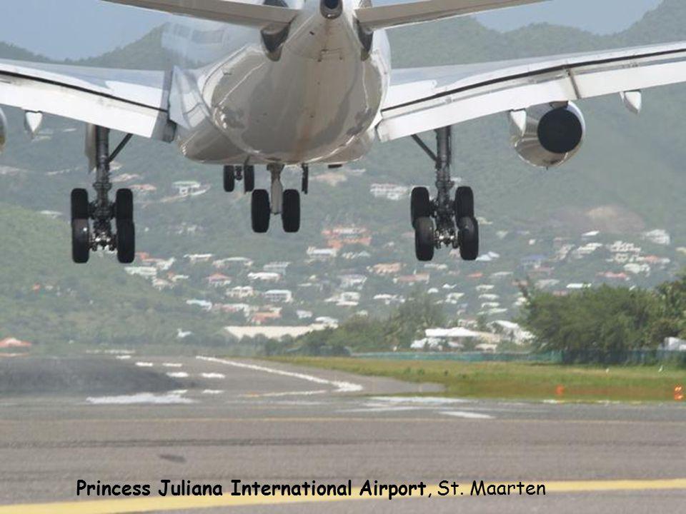 Moho Beach gromadzi turystów, którzy – żądni wrażeń – chcą zobaczyć przelatujące nad ich głowami na wysokości 20-30 metrów samoloty. Zdumiewający jest