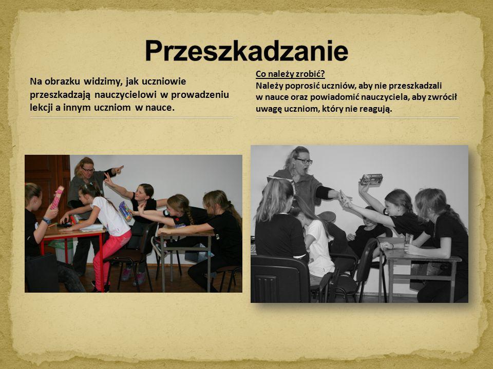 Na obrazku widzimy, jak uczniowie przeszkadzają nauczycielowi w prowadzeniu lekcji a innym uczniom w nauce.