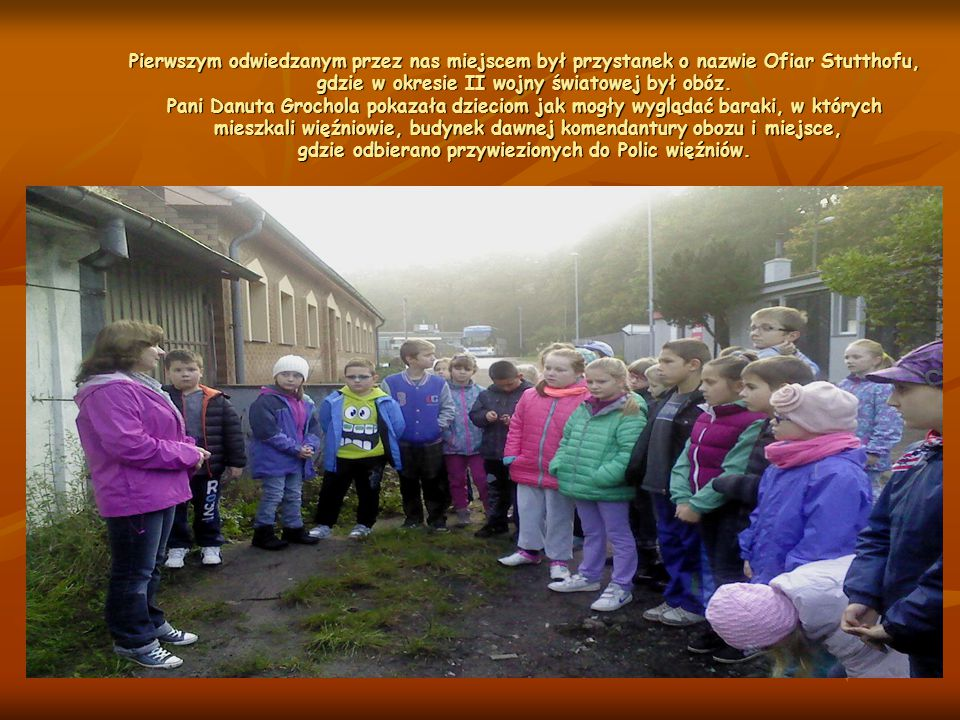 Pierwszym odwiedzanym przez nas miejscem był przystanek o nazwie Ofiar Stutthofu, gdzie w okresie II wojny światowej był obóz. Pani Danuta Grochola po