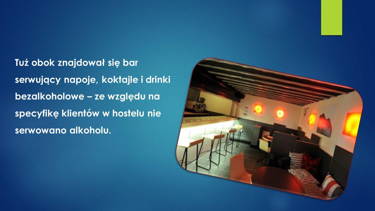 Tuż obok znajdował się bar serwujący napoje, koktajle i drinki bezalkoholowe – ze względu na specyfikę klientów w hostelu nie serwowano alkoholu.