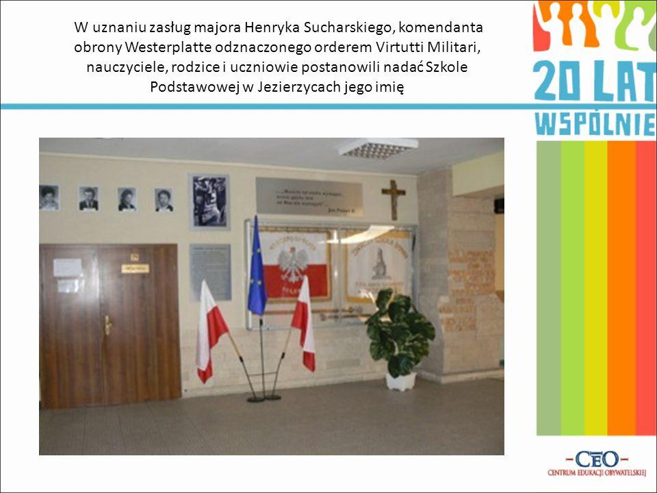 W uznaniu zasług majora Henryka Sucharskiego, komendanta obrony Westerplatte odznaczonego orderem Virtutti Militari, nauczyciele, rodzice i uczniowie
