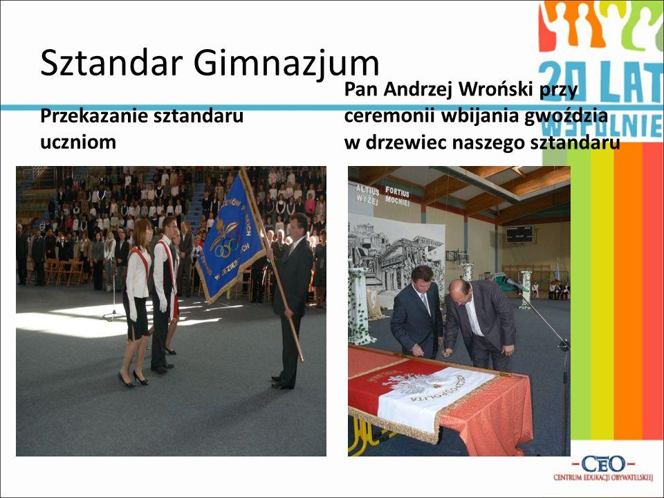 Sztandar Gimnazjum Przekazanie sztandaru uczniom Pan Andrzej Wroński przy ceremonii wbijania gwoździa w drzewiec naszego sztandaru
