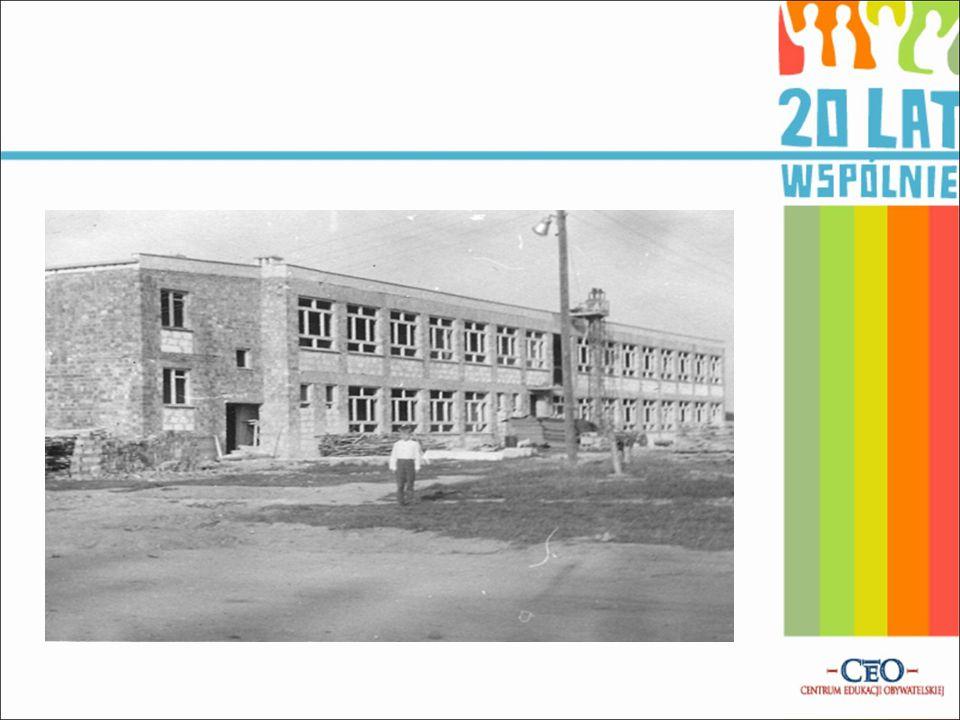 Decyzja o budowie na osiedlu w Jezierzycach nowej, nowoczesnej szkoły, która zapewniałaby uczniom właściwe warunki nauki, zapadła pod koniec lat sześćdziesiątych.