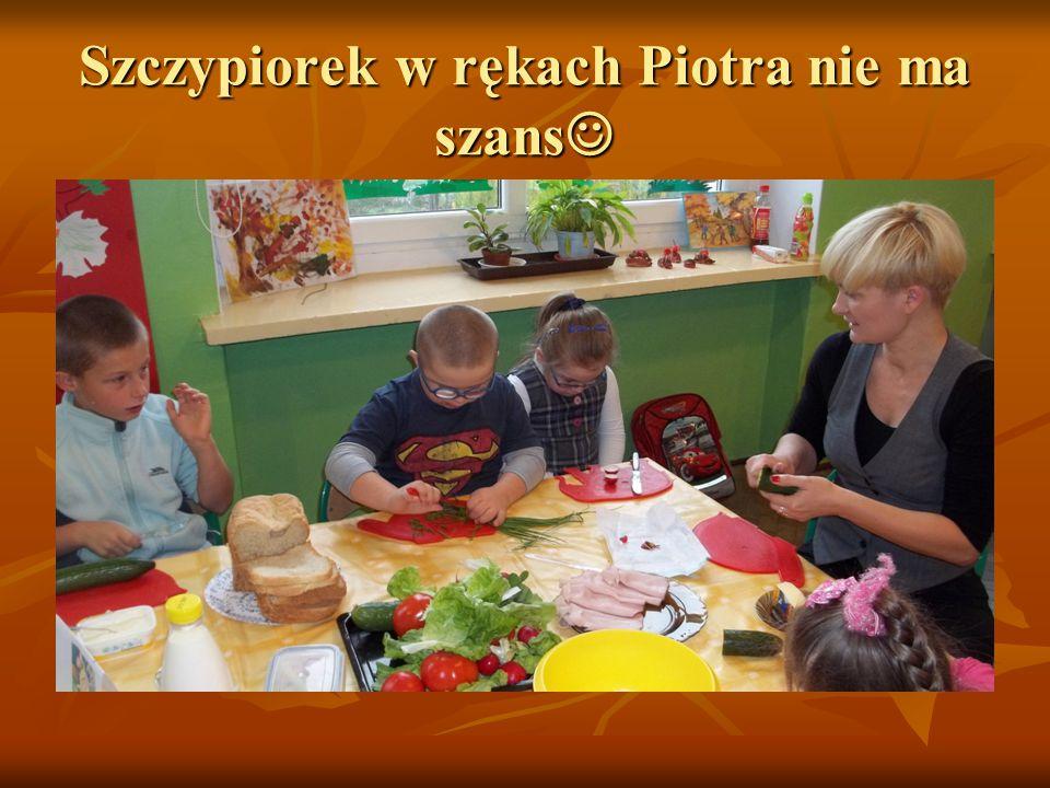 Przygotowanie stołu do wspólnej degustacji, dziewczynki wraz z panią Kasią rozdają serwetki