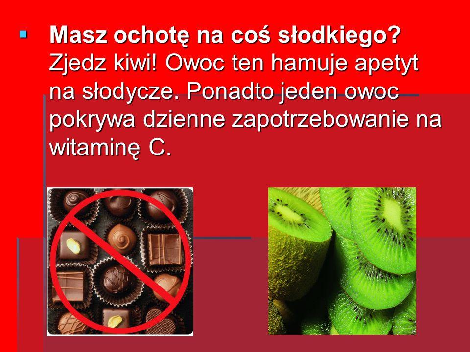 MMMMasz ochotę na coś słodkiego? Zjedz kiwi! Owoc ten hamuje apetyt na słodycze. Ponadto jeden owoc pokrywa dzienne zapotrzebowanie na witaminę C.
