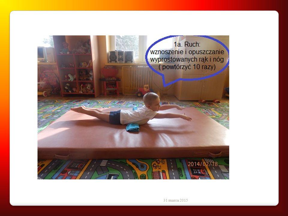 31 marca 2015 1. Pozycja wyjściowa: leżenie przodem, nogi złączone, wyprostowane, ręce wyciągnięte jak najdalej w przód,pod brzuchem zrolowany kocyk