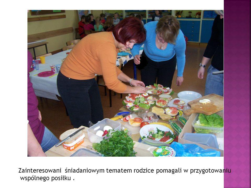 Zainteresowani śniadaniowym tematem rodzice pomagali w przygotowaniu wspólnego posiłku.