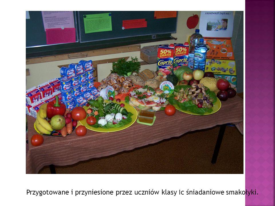 Przygotowane i przyniesione przez uczniów klasy Ic śniadaniowe smakołyki.