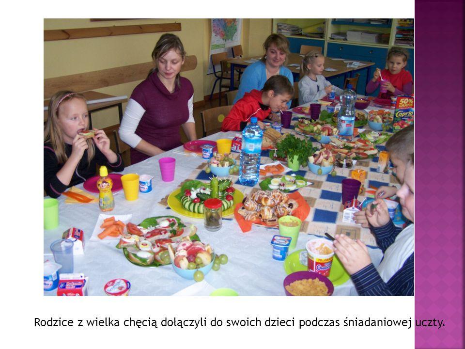 Rodzice z wielka chęcią dołączyli do swoich dzieci podczas śniadaniowej uczty.