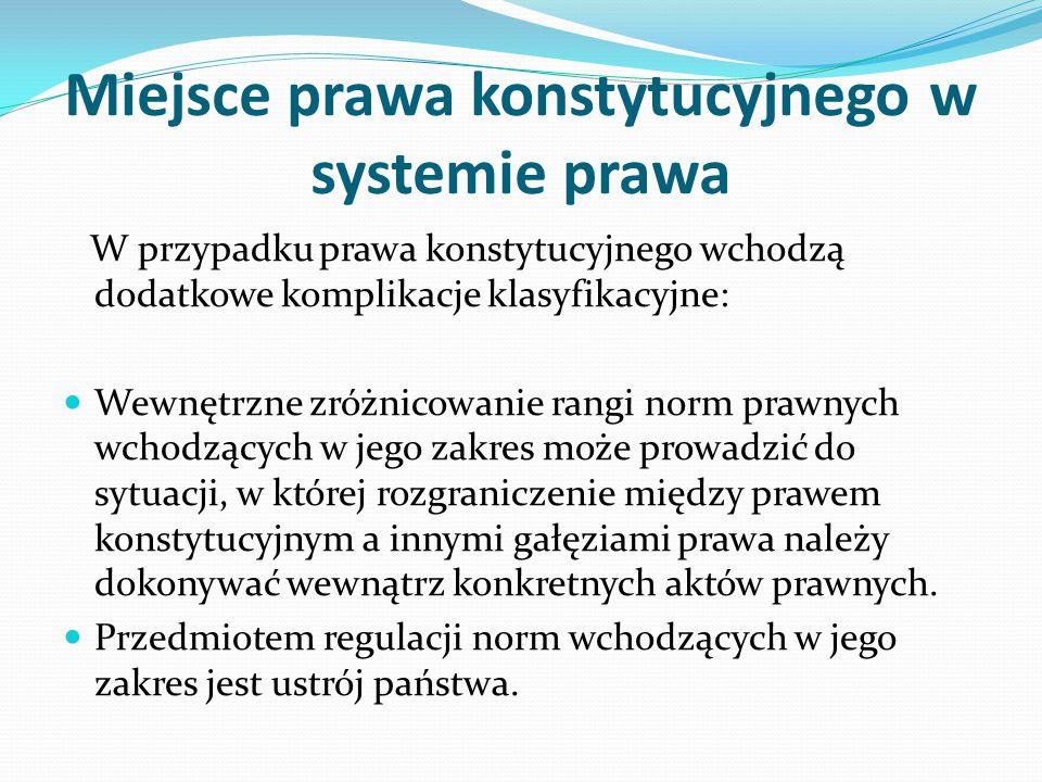 Miejsce prawa konstytucyjnego w systemie prawa W przypadku prawa konstytucyjnego wchodzą dodatkowe komplikacje klasyfikacyjne: Wewnętrzne zróżnicowani