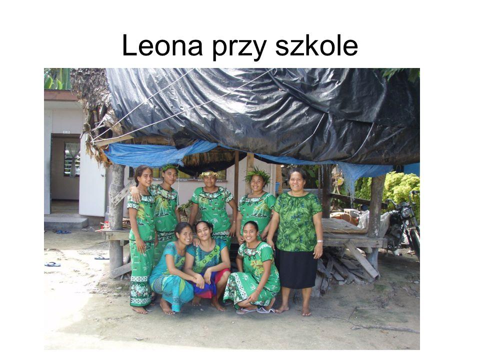 Leona przy szkole
