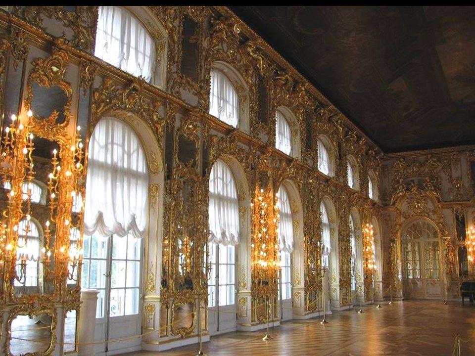Sala Balowa o pow. około 900 m² powstała w latach 1752-1756 według projektu Rastrellego. Ściany sali pokryte są niemal w całości lustrami i kinkietami