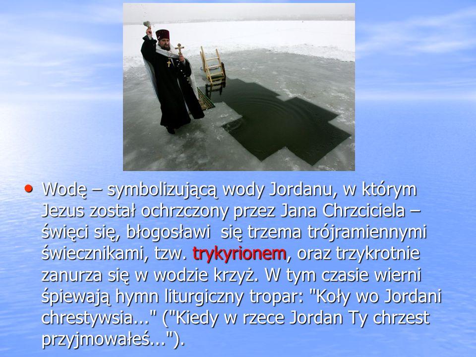 Wodę – symbolizującą wody Jordanu, w którym Jezus został ochrzczony przez Jana Chrzciciela – święci się, błogosławi się trzema trójramiennymi świeczni