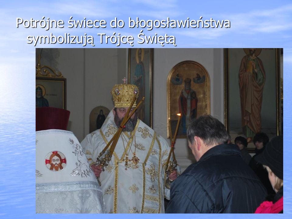 Potrójne świece do błogosławieństwa symbolizują Trójcę Świętą