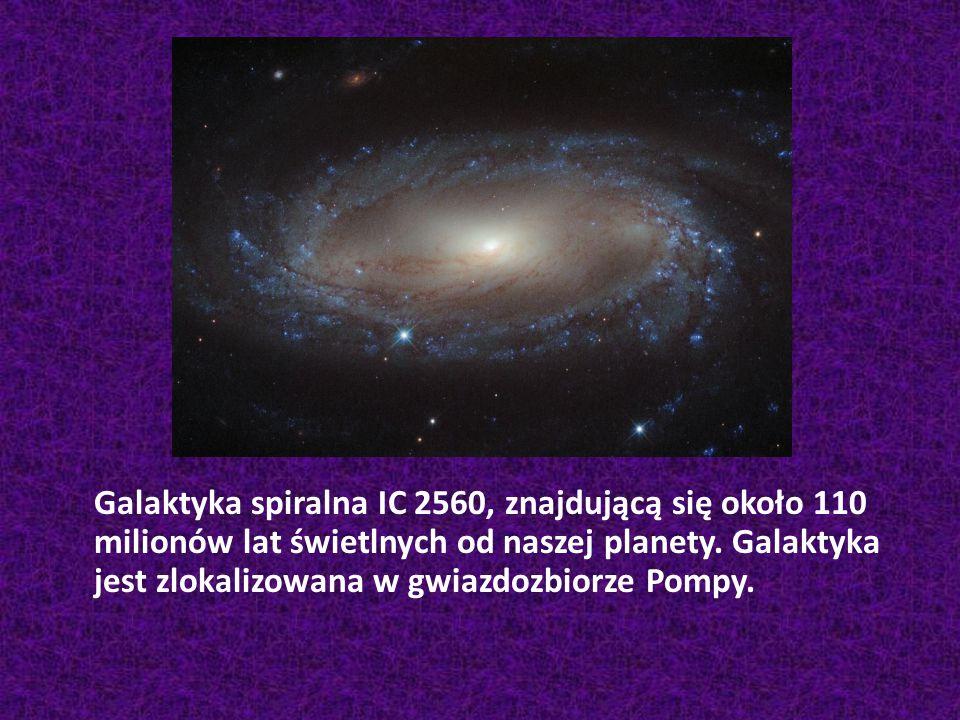 Galaktyka spiralna IC 2560, znajdującą się około 110 milionów lat świetlnych od naszej planety. Galaktyka jest zlokalizowana w gwiazdozbiorze Pompy.