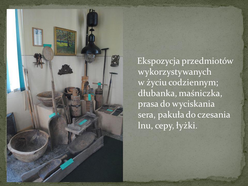 Ekspozycja przedmiotów wykorzystywanych w życiu codziennym; dłubanka, maśniczka, prasa do wyciskania sera, pakuła do czesania lnu, cepy, łyżki.
