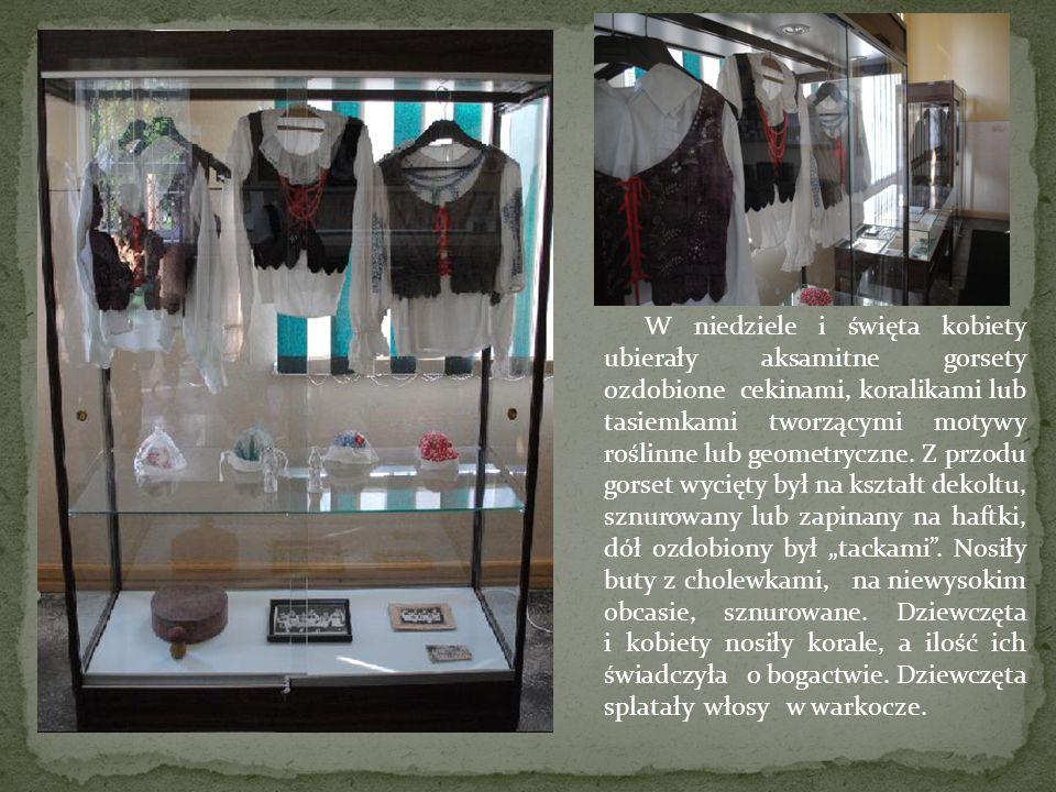 W niedziele i święta kobiety ubierały aksamitne gorsety ozdobione cekinami, koralikami lub tasiemkami tworzącymi motywy roślinne lub geometryczne. Z p